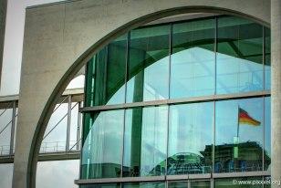 die Kuppel des Reichstagsgebäudes spiegelt sich am Marie-Elisabeth-Lüders-Haus