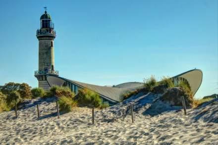 Der Teepott und der Leuchturm von Warnemünde. (Das Bild ist das Foto des Tages vom Nordmagazin des NDR vom 04.08.2013)