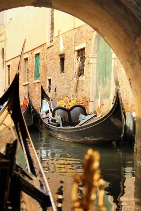 Überall stehen die Gondeln und andere Boote