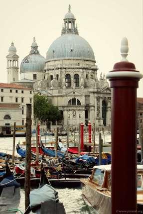 Ein Blick auf die barocke Kirche Santa Maria della Salute