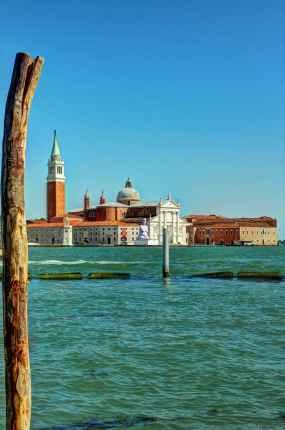 Die Insel San Giorgio Maggiore im blauen Wasser