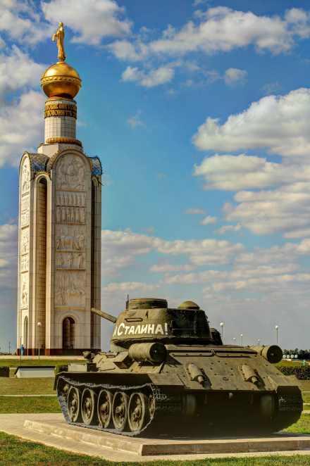 Der Glockenturm und ein T-34.