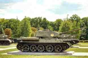 Etliche T-34 Panzer.