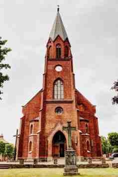 eine Frontalaufnahme der Kirche