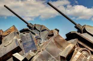 T 34 Panzer rammen einen Tigerpanzer - das (sowjetische) Symbol der Schlacht von Prochrowka