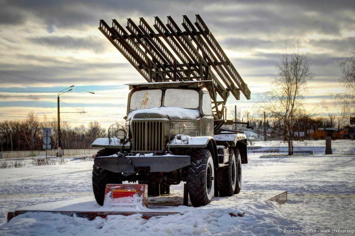 Sowjetische Militärtechnik (Waffen) des 2. Weltkrieges am Prospekt des Sieges in Kursk/Russland