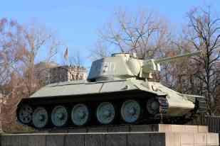T-34/76-Panzer mit dem Reichstagsgebäude im HIntergrund