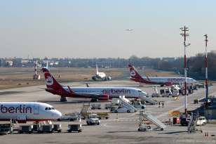 In der Mitte steht eine Boeing 737-800