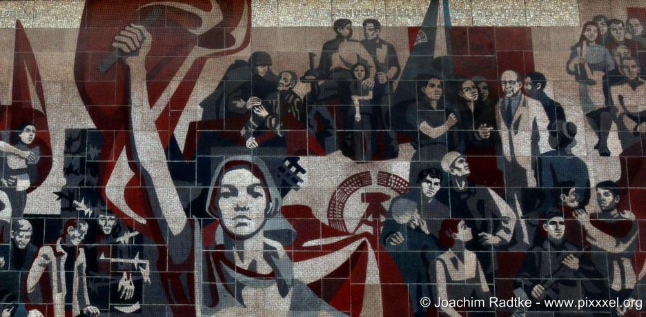 """Gerhard Bondzins Mosaik """"Der Weg der Roten Fahne"""""""