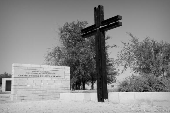 Das schwarze Kreuz des Friedhofes