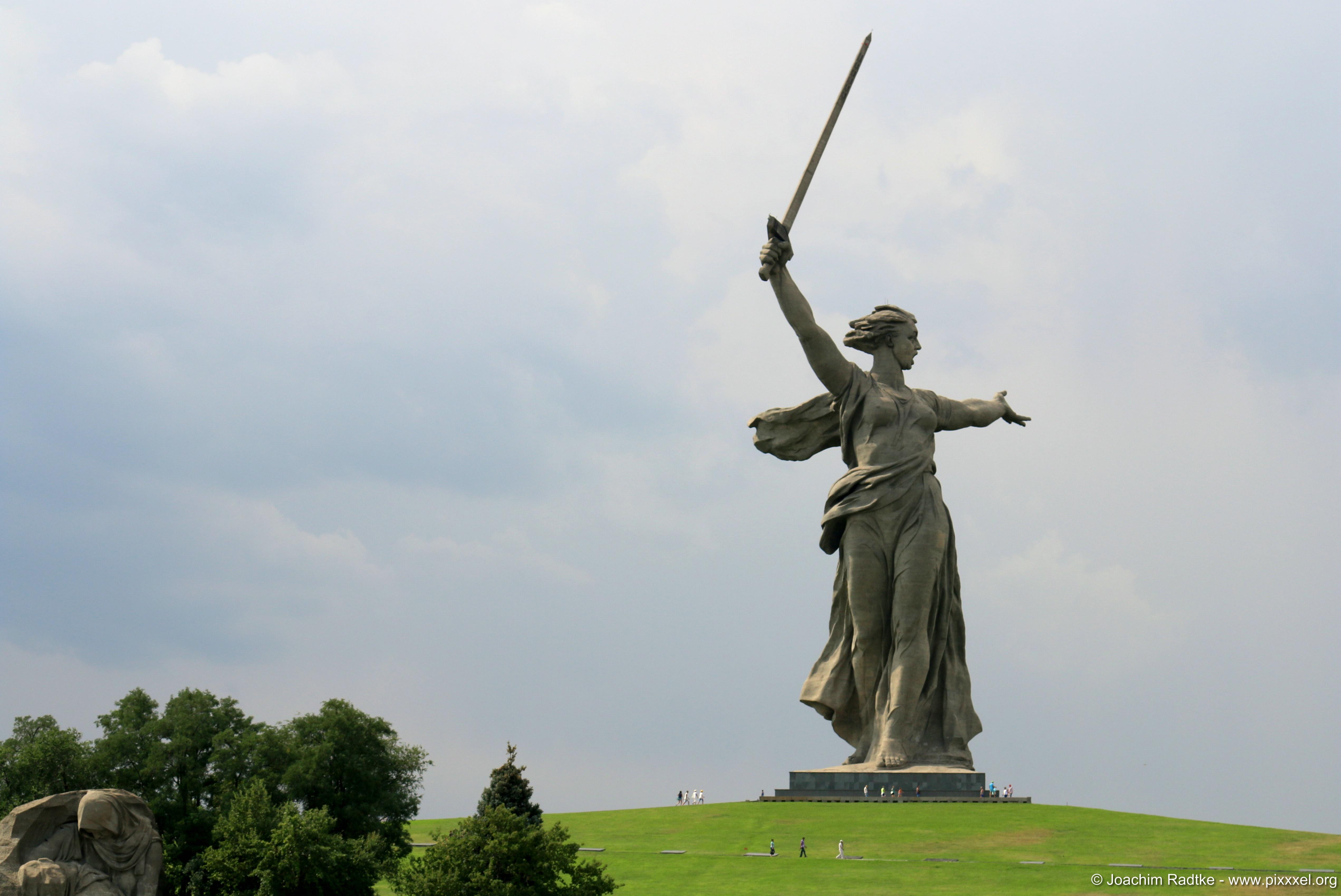 http://pixxxeldotorg.files.wordpress.com/2014/11/mamaev-kurgan-wolgograd-56.jpg
